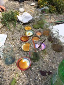 hergestellte Farben aus Rosenblättern, Rainfarn und vielen anderen Pflanzen